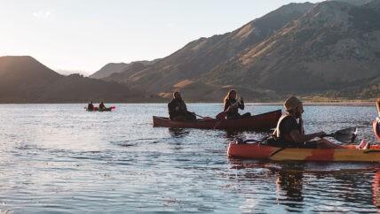 Canoa al tramonto sul lago matese